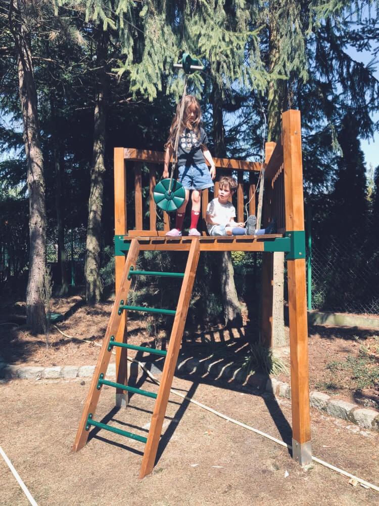 Drewniany podest do zjazdu linowego (łączniki 9x9cm, 90 stopni; kotwy wbijane 9x9cm)