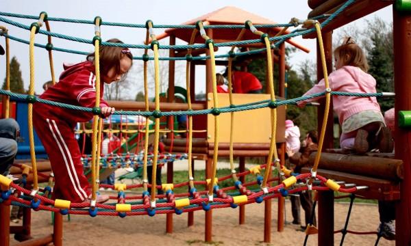Plac zabaw- małe zasady Małego Człowieka, czyli jak powinny zachowywać się dzieci podczas zabaw na placu zabaw.